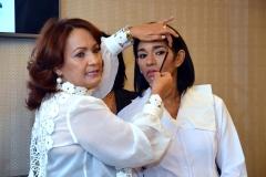 10.-Yanira Vicioso muestra como se debe maquillar las cejas.
