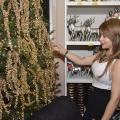 Foto 23 Mery Marte apreciando el Arbol de la Navidad (1)