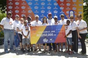 Foto 3 Directivos de ADOCOSE, junto a su Presidenta Vivian Acra, entrega la donación de RD$250,000.00 a Alberto Besonias, Presidente Fundación St. Jude