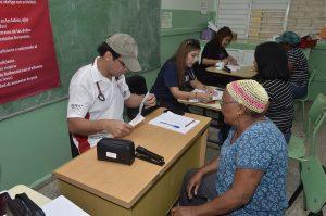 Foto 3 Doctores Pedro Ureña,Ingrid Valdez y Claudia Almonte evalúan pacientes